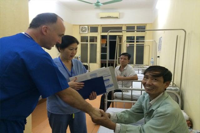 Bác Trù với bác sĩ người Mĩ tại bệnh viện 108